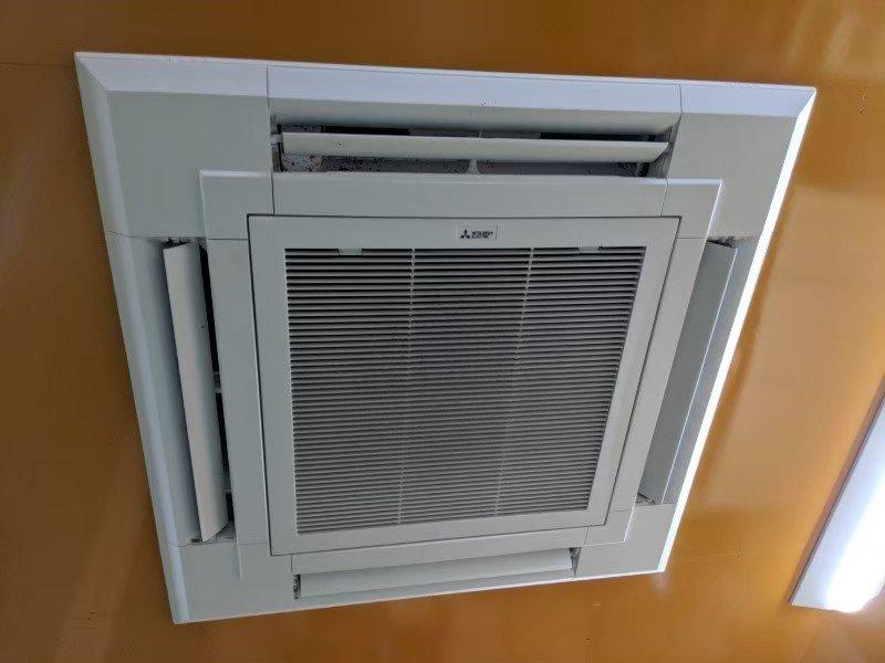 大阪府枚方市の会社様倉庫の業務用エアコンクリーニング現場写真。三菱製天井埋込形エアコン