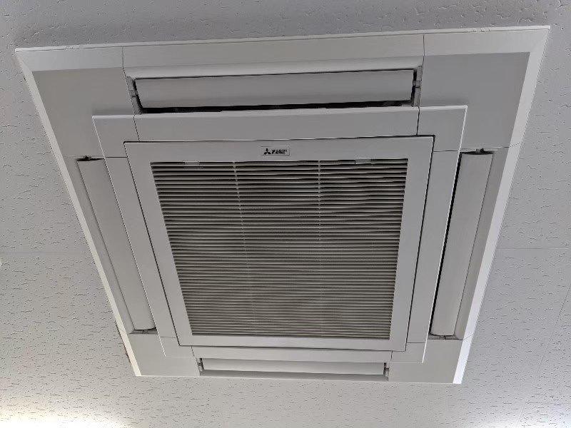 大阪府高槻市の美容室の業務用エアコンクリーニング現場写真。三菱電機エアコン外観