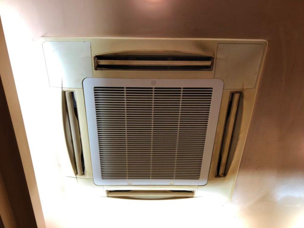 鉄板焼きお好み焼き屋さんのエアコンクリーニング写真。エアコン外観