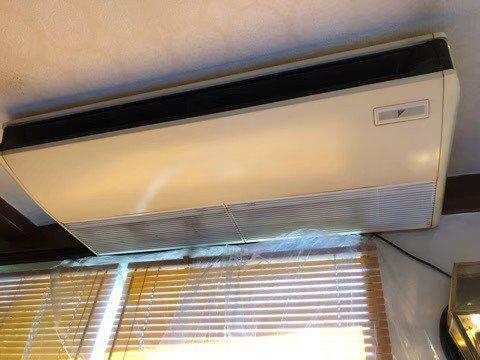 美容室のダイキン製業務用エアコンクリーニング現場写真。エアコン外観