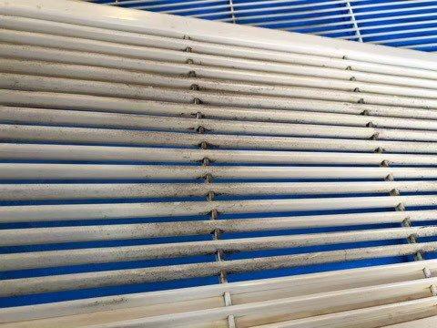 大阪市内美容室様の業務用エアコンクリーニング現場写真。エアコングリル部分