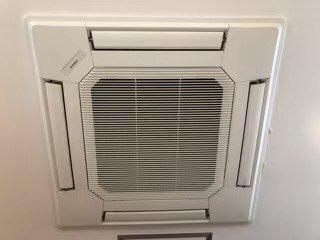 高槻市小売店舗様の業務用エアコンクリーニング写真。三菱製の天井埋込形エアコン