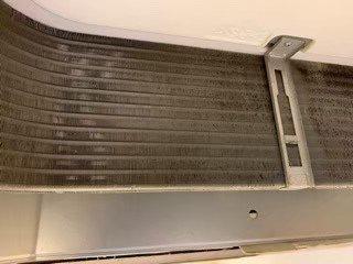 高槻市小売店舗様の業務用エアコンクリーニング写真。三菱製の天井埋込形エアコン、店内西側室内機の熱交換器洗浄中