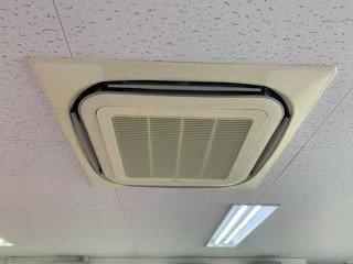 大阪府豊中市の税理士事務所様エアコンクリーニング現場写真。天井埋込形エアコン外観。