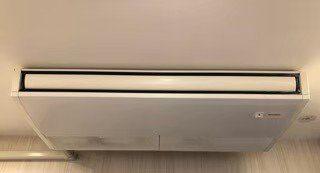 三菱製業務用エアコンクリーニング京都府長岡京市店舗様現場写真。天井吊形エアコン外観