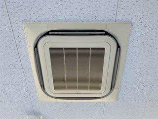 大阪市内会社事務所の天井埋込形エアコン現場写真。エアコン室内機外観