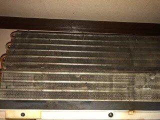 大阪市内オープン前店舗様のエアコンクリーニング現場写真。業務用壁掛けダイキンエアコン熱交換器カビ汚れ