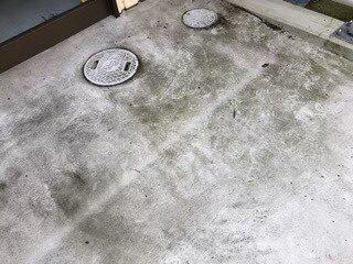 大阪府豊中市クリニック様の外回りハウスクリーニング現場。駐車場の床