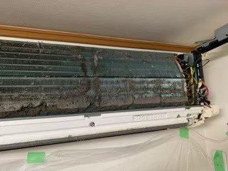 ダイキンエアコンクリーニング現場写真。洗浄前の熱交換器