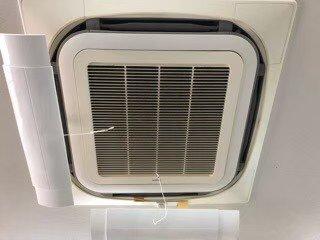 大阪の検査会社の天井埋込形エアコンクリーニング現場。エアコン外観