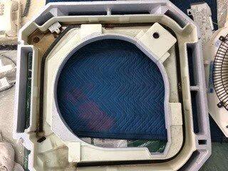 大阪の検査会社の天井埋込形エアコンクリーニング現場。エアコンドレンパン