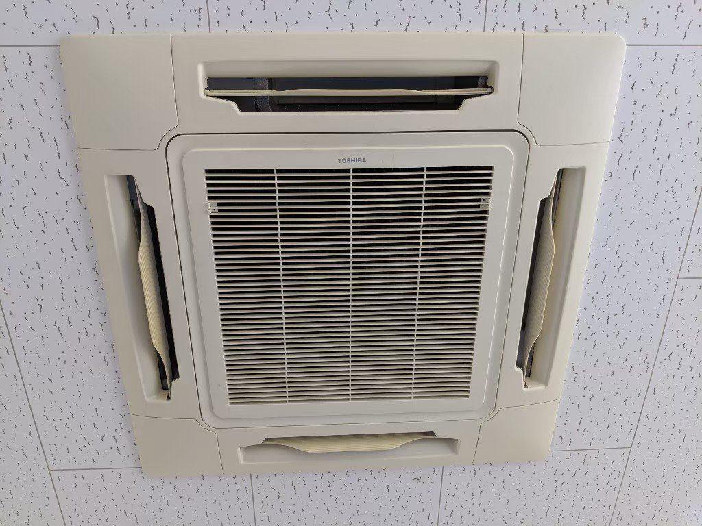 大阪府高槻市の東芝エアコンクリーニング現場写真。天井埋込形エアコン外観