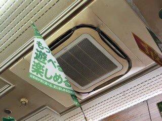 大阪のパチンコ店エアコンクリーニング現場写真。室内機外観