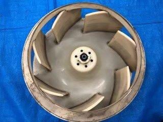 大阪市歯科医院(クリニック)のSANYOエアコン写真。室内機ファン洗浄前