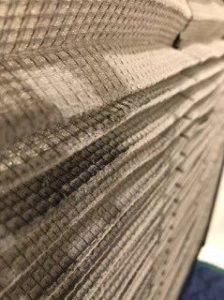 三菱の天井埋め込み形エアコン現場写真。フィルタ汚れ