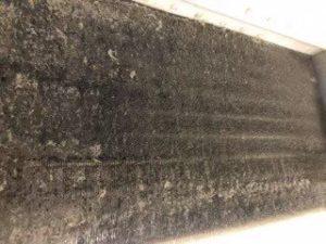 三菱の天井埋め込み形エアコン現場写真。室内機の熱交換器