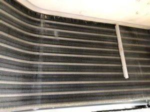 三菱の天井埋め込み形エアコン現場写真。室内機の熱交換器洗浄後