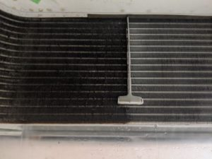 大阪市内の割烹料理店業務用エアコンクリーニング現場写真。エアコン室外機の熱交換器洗浄ビフォーアフター