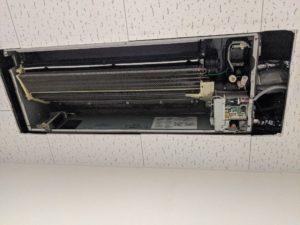 大阪の介護施設脱衣所の日立製エアコンクリーニング現場写真。エアコン室内機熱交換器