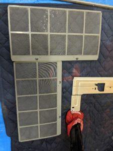 大阪の介護施設脱衣所の日立製エアコンクリーニング現場写真。エアコンフィルター掃除