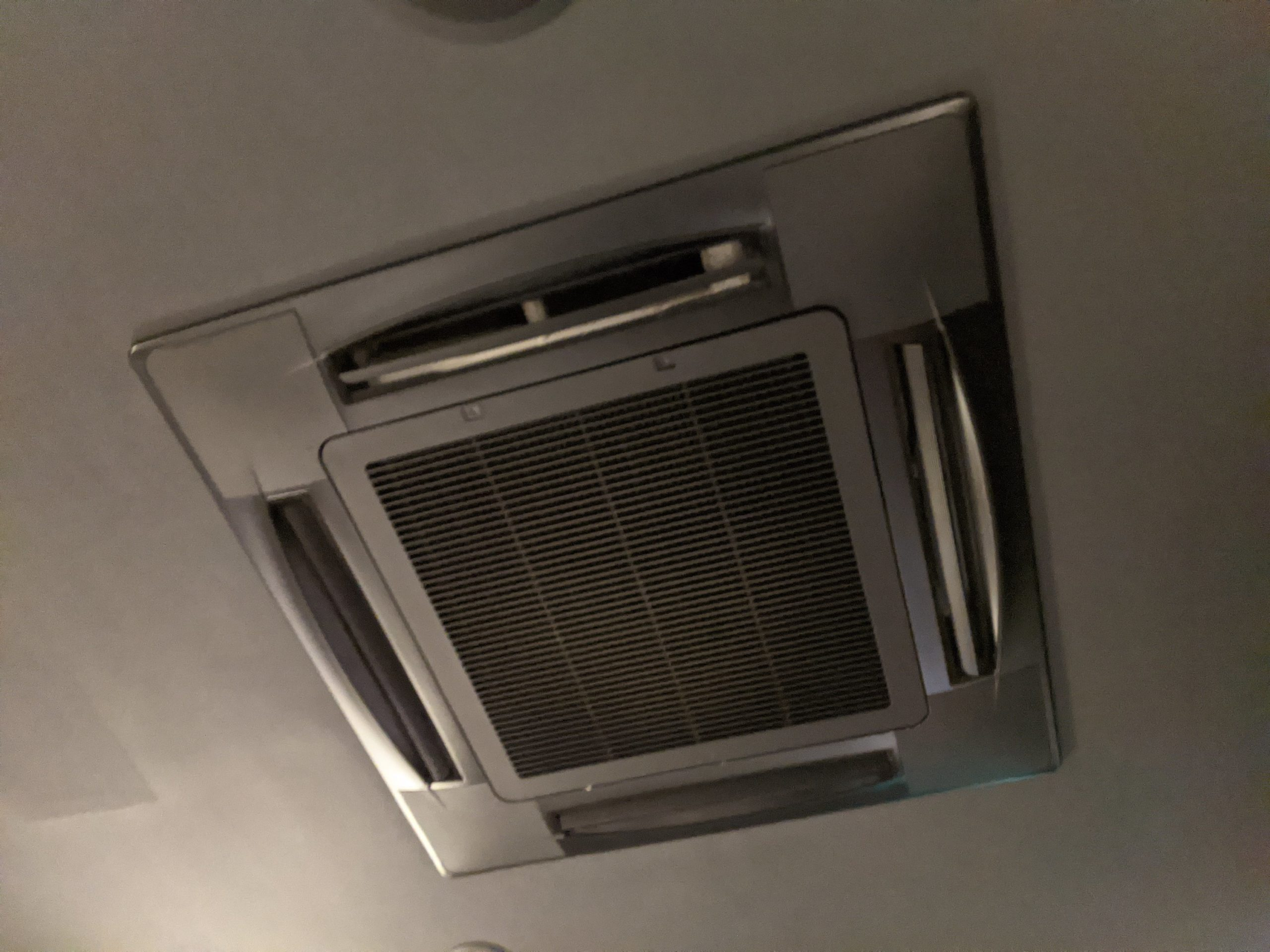 大阪市中央区東心斎橋飲食店様の業務用エアコンクリーニング現場写真。エアコン外観