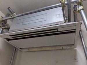 業務用エアコンクリーニング研修用の業務用エアコン室内機写真。天井埋込形4方向エアコン