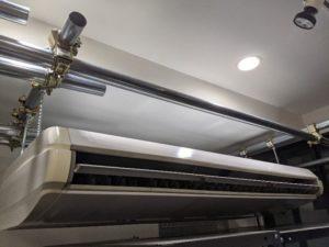業務用エアコンクリーニング研修用の業務用エアコン室内機写真。天井吊り形エアコン