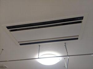 大阪市天王寺区の保育園様の業務用エアコンクリーニング現場写真。天井埋込エアコン外観。