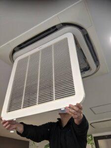 業務用エアコンクリーニング研修写真:天井埋め込み形4方向吹出しエアコン1
