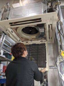 業務用エアコンクリーニング研修写真:天井埋め込み形4方向吹出しエアコン2