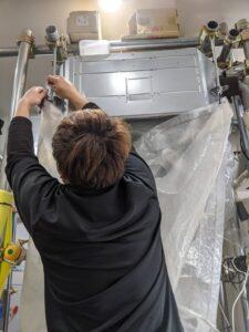 業務用エアコンクリーニング研修写真:天井埋め込み形4方向吹出しエアコン3