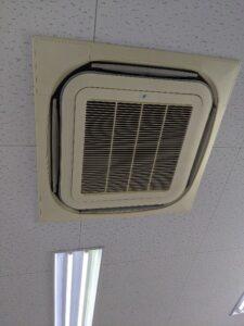 ダイキン製業務用エアコンクリーニング現場写真:天井埋込4方向エアコン外観