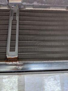 ダイキン製業務用エアコンクリーニング現場写真:天井埋込4方向エアコン室内機熱交換器