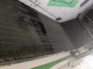 大阪府高槻市歯科医院の業務用エアコンクリーニング現場写真。ビフォーアフター熱交換器1