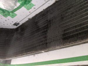大阪府高槻市歯科医院の業務用エアコンクリーニング現場写真。ビフォーアフター熱交換器2