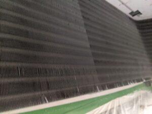 大阪府高槻市歯科医院の業務用エアコンクリーニング現場写真。ビフォーアフター熱交換器3