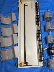 大阪府高槻市歯科医院の業務用エアコンクリーニング現場写真。洗浄後の部品類