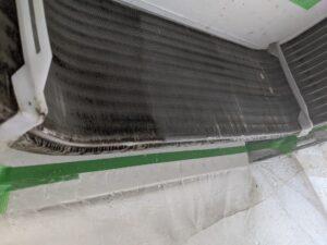 大阪市東成区のお弁当屋さん業務用エアコンクリーニング現場写真。エアコン室内機熱交換器