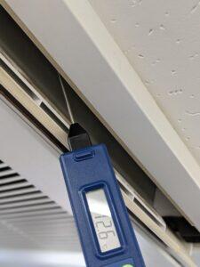 大阪市東成区のお弁当屋さん業務用エアコンクリーニング現場写真。エアコン室内機の温度計測